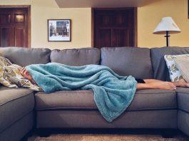 chica tumbada en su sofá durmiendo