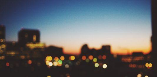 imagen de una ciudad por la noche